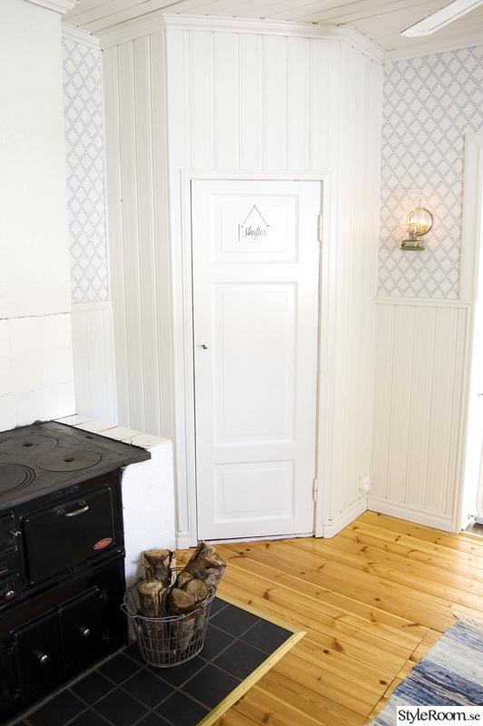 platsbyggt skafferi i kök av pärlspont i hörna