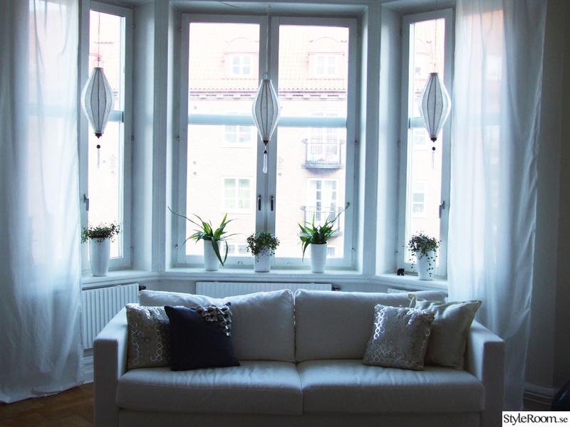 soffa,burspråk,fönsterlampor,vita gardiner