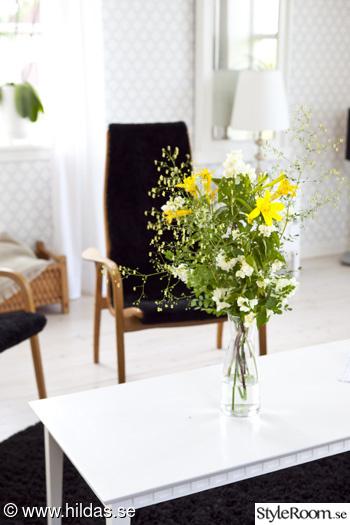 vardagsrum,lamino,fåtölj,trägolv,blommor