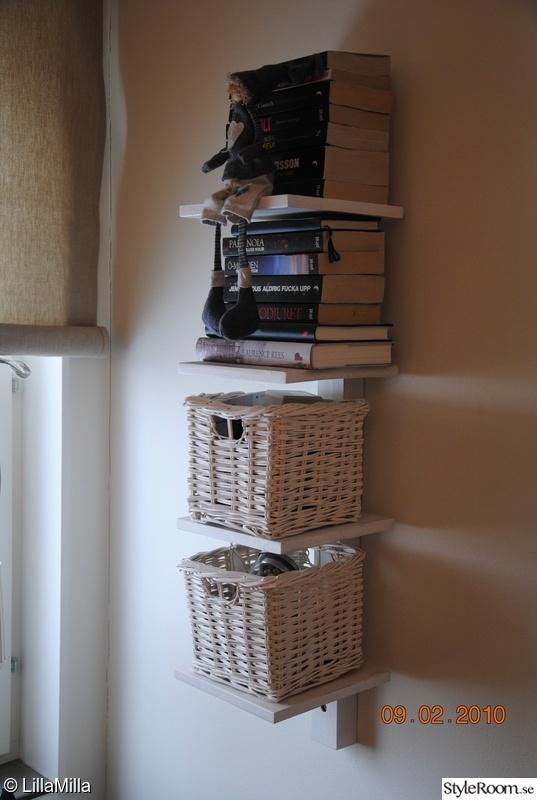 Bild på bokhylla sängkammare sovrum av LillaMilla