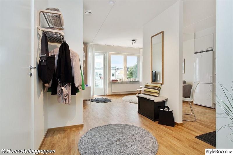 Bild på hallmöbler Liten funktionell lägenhet av HomestylingGruppen