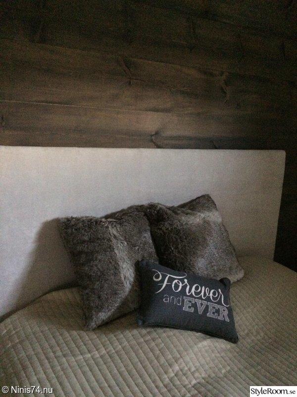 Nyckelord: fondvägg , panel , plankvägg , sovrum ,