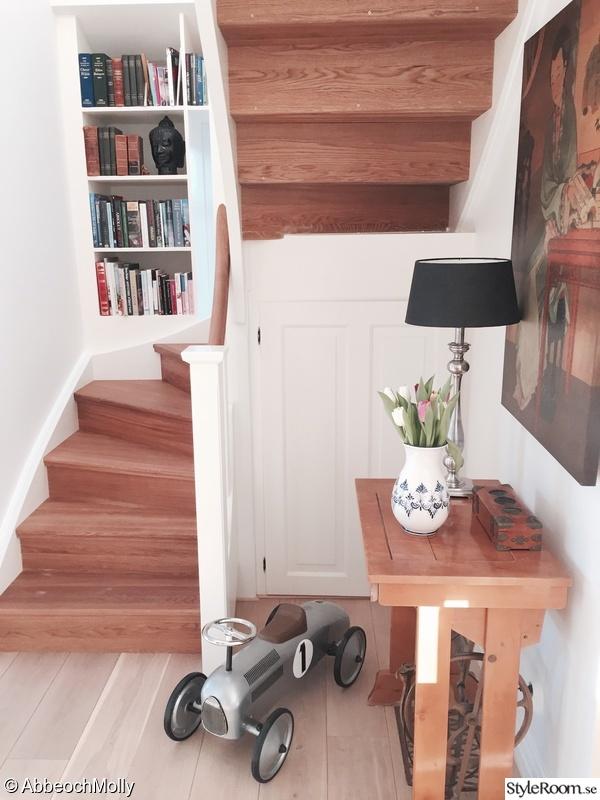 Kuva bokhylla Vårt nya hus Mollyabbe