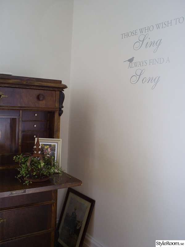 väggord,brunt,vitt,gamla möbler