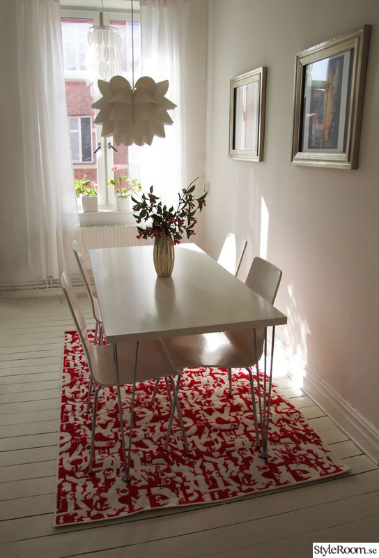 tavlor,vitt bord,matsalslampa,röd matta,matplats