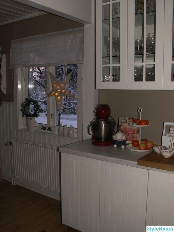 ikea,jul,lantligt,vitrinskåp i köket,hissgardin