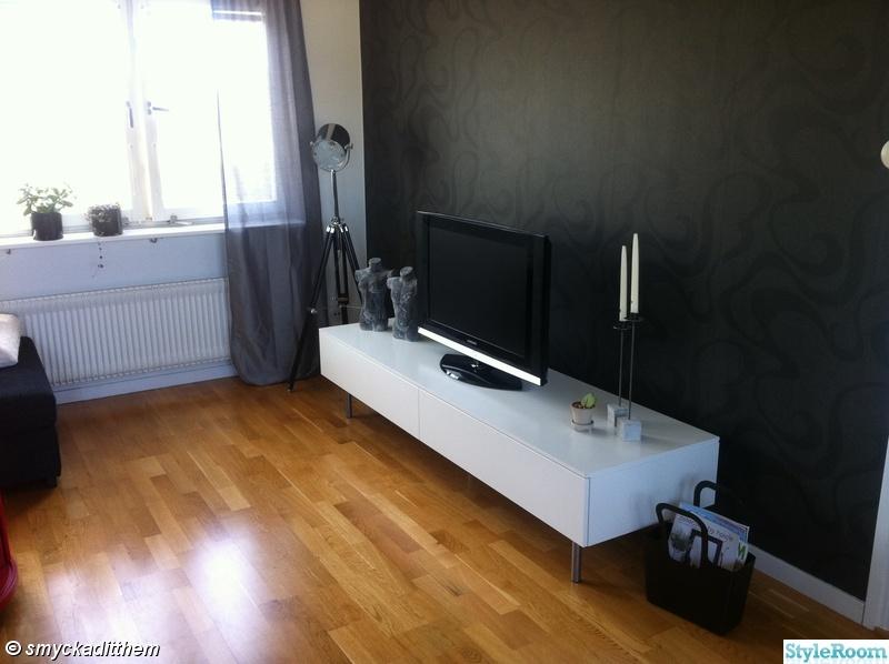 fondvägg,tvbänk,betong,golvlampa,vardagsrum