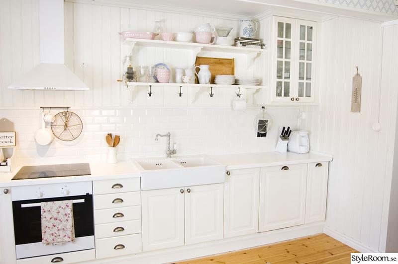Vitt lantligt kök med öppna hyllor - Resan till ett lantligt vitt ...
