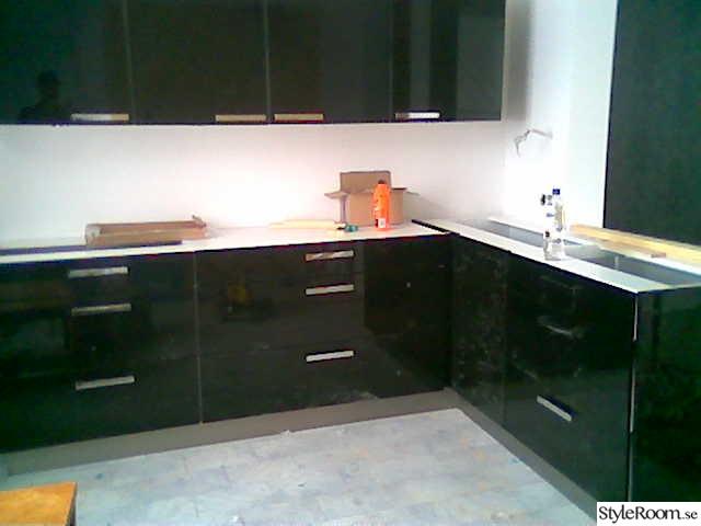 Kok Barnrum : Bild po svart kok  oven blandat bygg av miktai