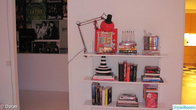 Bild på bokhylla Vi köpte hus ) av Doran