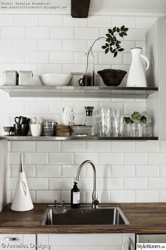 Bild p? vitt kakel  K?k med industriell stil av Svartvittochrott