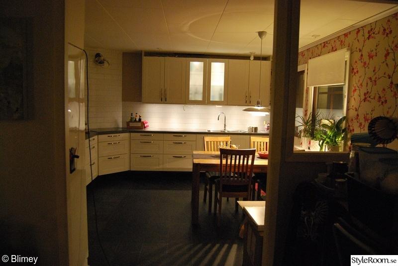 Golv Kok Plastmatta : vitt kakel,vitt kok,svart golv,svart plastmatta,plastmatta