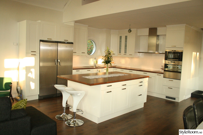 Vitt kök med stor köksö med plats för barstolar - Före-Efter