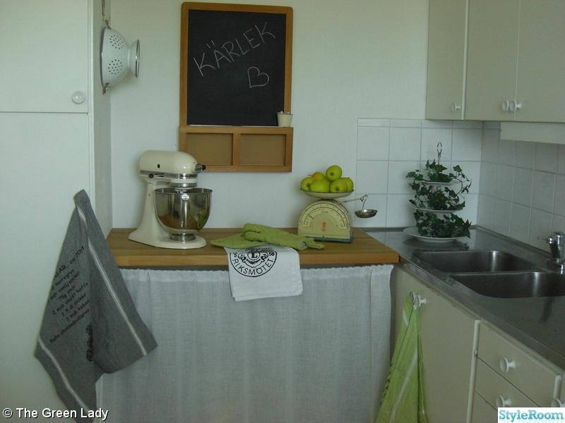 griffeltavla,köksbänk ek,kitchen aid,kökshanddukar,kakfat i tre våningar