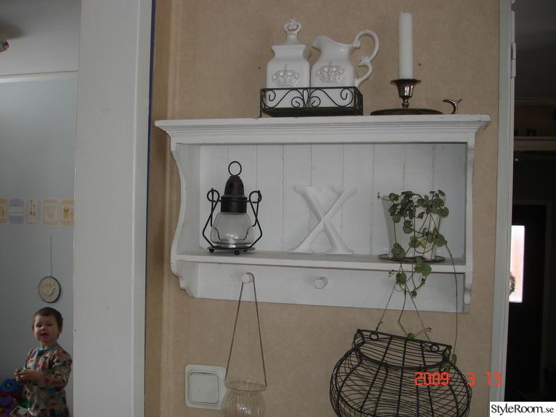 hylla på engelska ~ bild på hylla lantligt lykta  delar av vårt kök av coralfwil