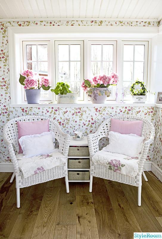 rosa,veranda,korgstolar