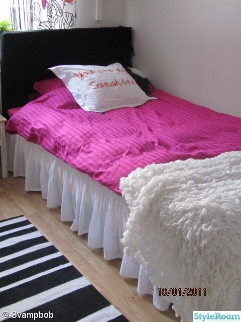 Bild på sängkappa säng sänggavel randig matta Flickrum av svampbob