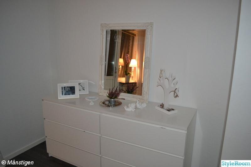 byrå spegel ~ bild på spegel  sovrummet av sajsa