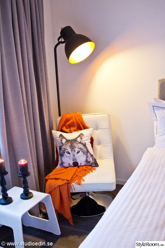 fåtölj,läshörna,golvlampa,sovrum,orange