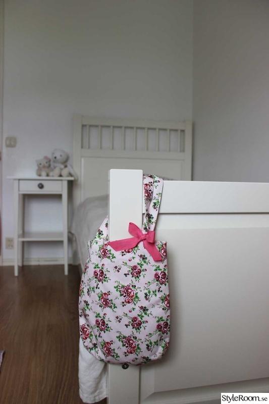 Bild på sänggavel Barnrum i vitt, med inslag av lila av FruJenny