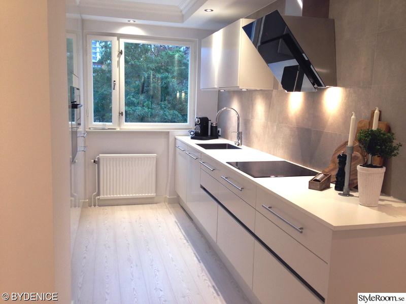 Kök med modern och vit inredning
