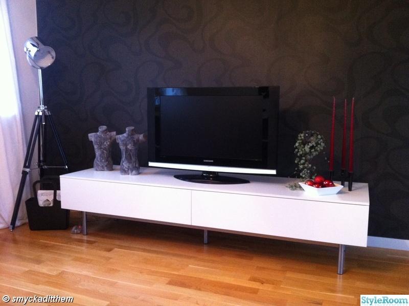 ikea,fondvägg,tv,tvbänk,golvlampa