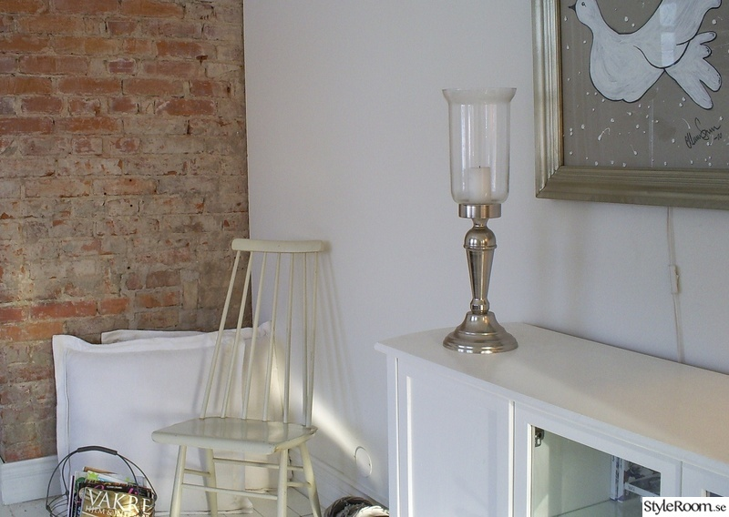 tegelvägg,tavla,vitmålade möbler