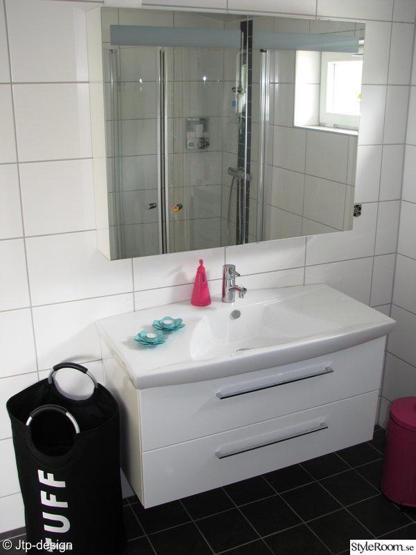 badrum,spegel,tvättkorg,tvålpump,ljusstakar