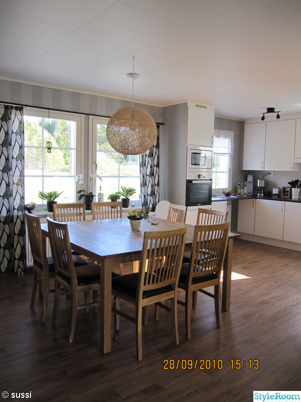 Bild på köksbord/lampa/stolar/gardiner/mm - La casa Alekärr av suh