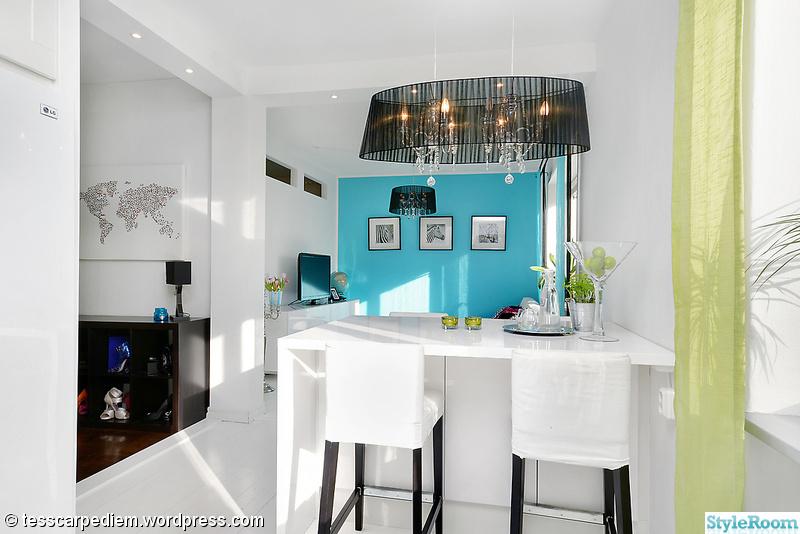 turkos vägg,inbyggda spotlights,platsbyggd köksö,kristallkrona svart skärm,turkos