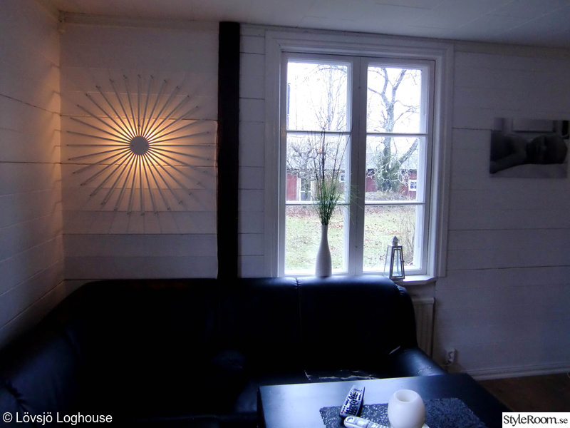 tv-rum,lampa,plankvägg,stolpar