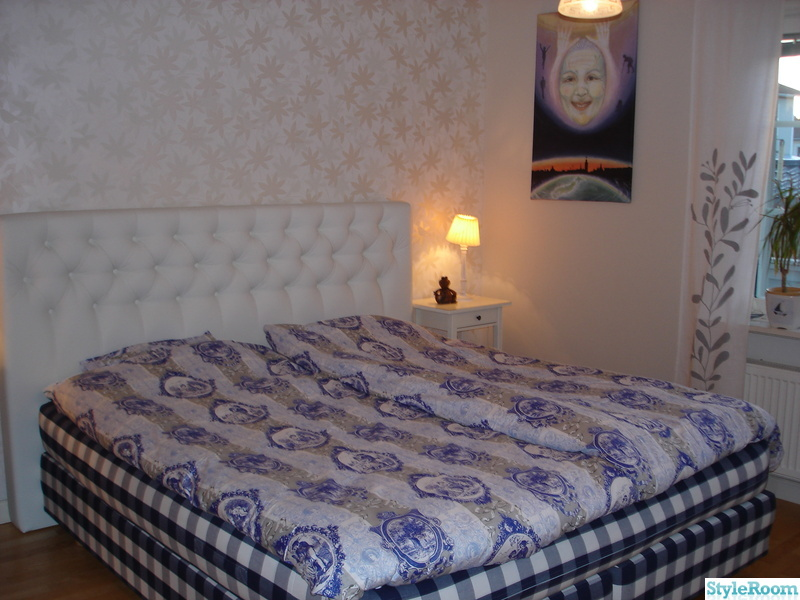 sänggavel vit ~ bild på vit sänggavel i skinn  ett gult hus av mariemmis