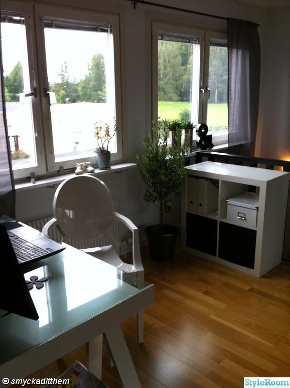 skrivbord,data,expedithylla,olivträd,kartell stol