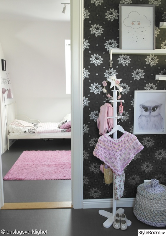 Litet flickrum i vitt rosa grått pastell Hemma hos Enslagsverklighet