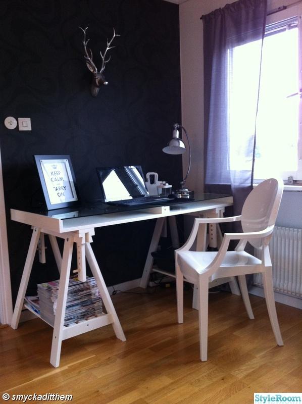 ikea,bordslampa,skrivbord,tavla,pennor