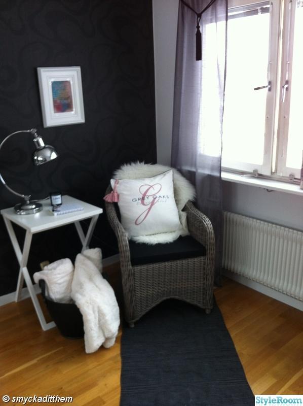 bordslampa,matta,korgstol,pläd,silver