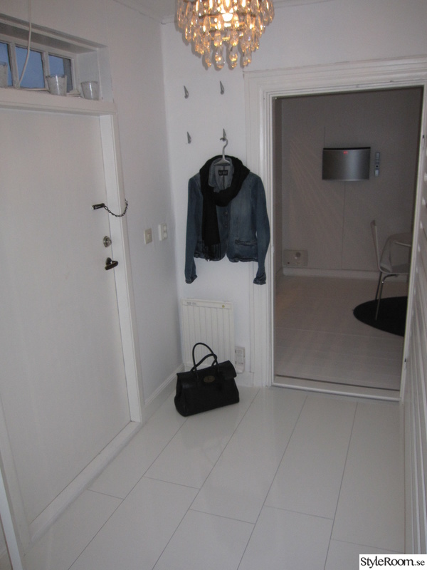 Hall med vitt golv