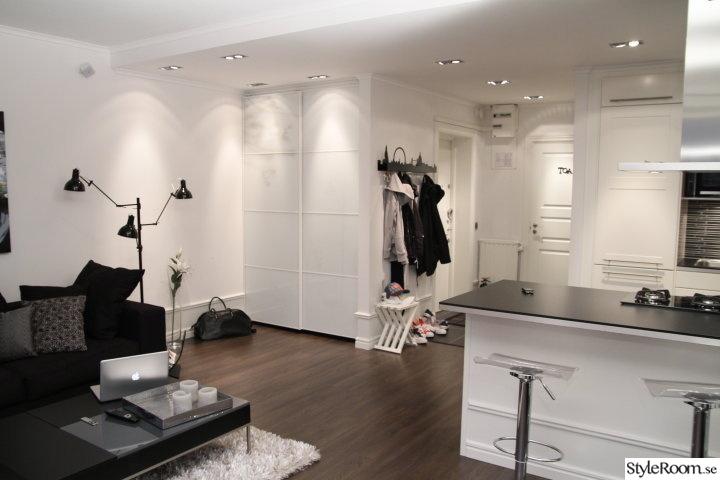 vitt,vardagsrum,lister,golv,spotlights