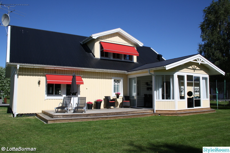 utsidan,älvsbyhus,däckstolar,röda markiser