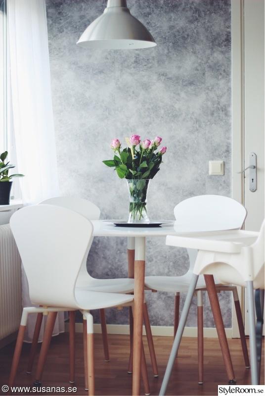 Matgrupp med vita och stolar i ek