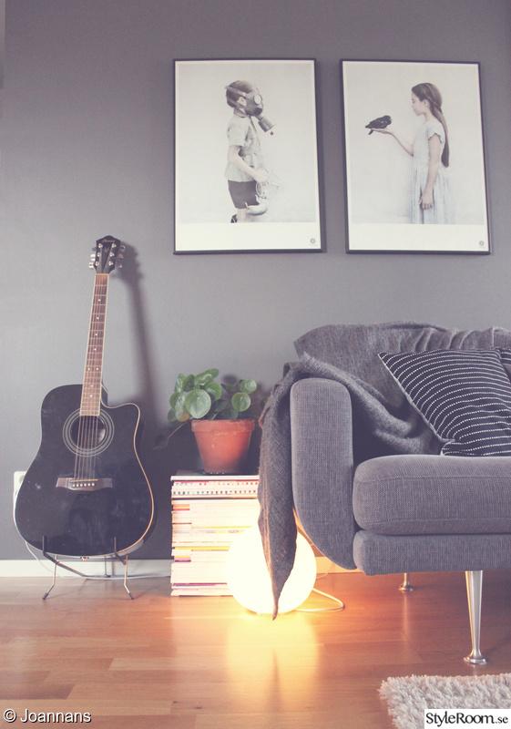 vardagsrum,soffa,tavlor,tavelvägg,fotovägg
