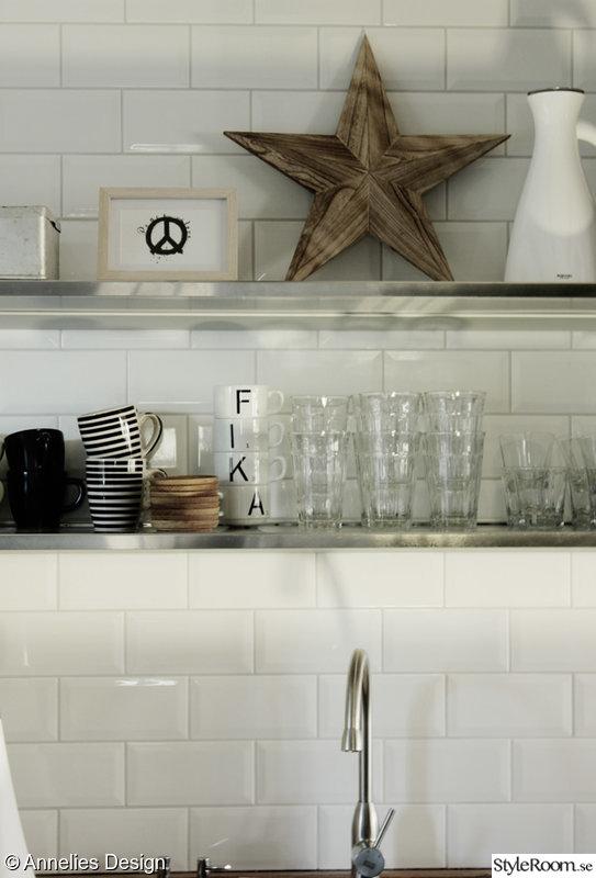 Svarta Kakelplattor Kok :  ,peace tavla,glas,oppna hyllor i koket,svarta och vita kaffekoppar