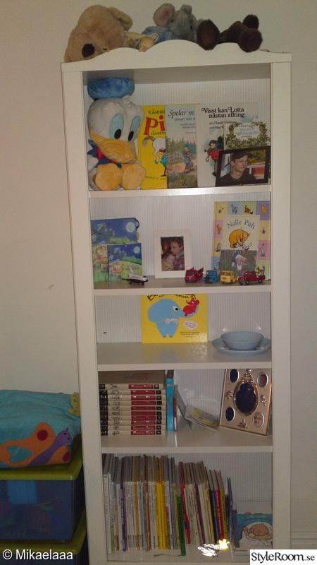 Bild på bokhylla Lokes bebisrum av Mikae