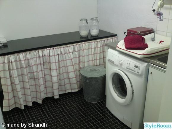 tvättstuga,glasburkar,klinkergolv,skötbord,tvättkorg