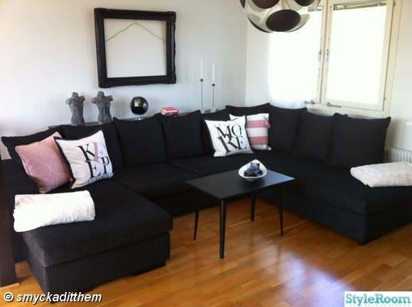 vardagsrum,divansoffa,taklampa,retrobord,prynadskuddar