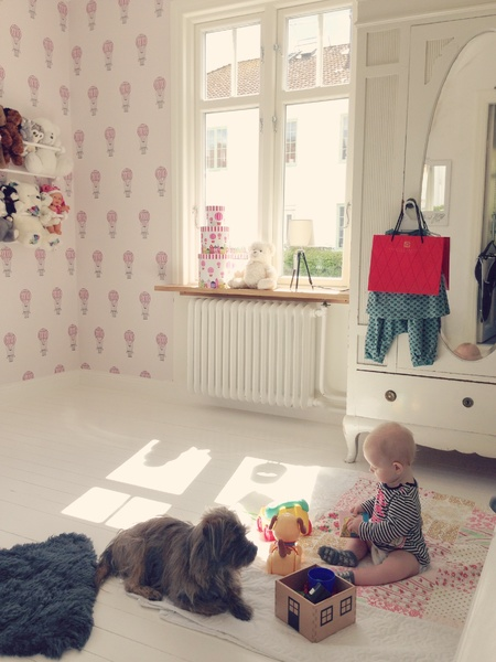 klädskåp,garderob,hylla,leksak,lampa