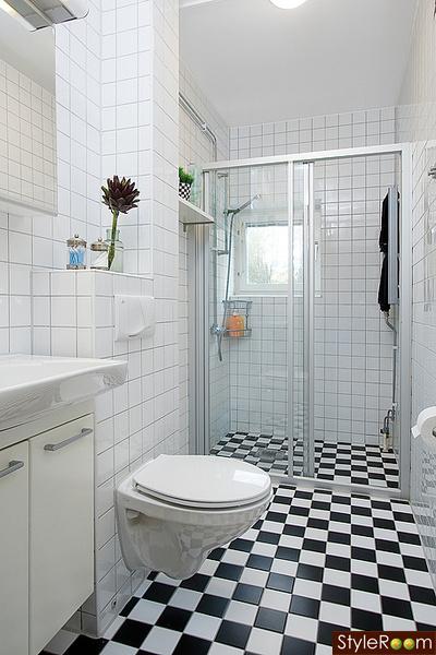 badrum,vägghängd toalett,svartvitt,kakel,badrumsinspiration