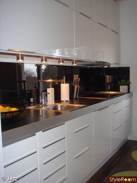 Vitt Kok Med Glasskiva : kok,vita koksluckor,ikea,svart bonkskiva,svart glasskiva