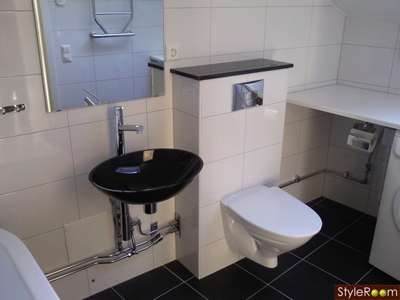 Vägghängd toalett i litet badrum?