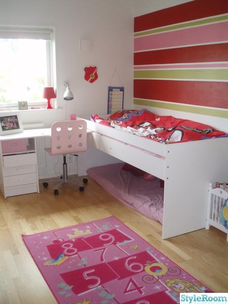 myshörna,säng,skrivbord,rött,rosa stol
